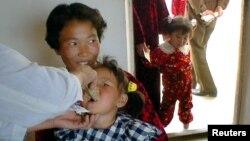 지난 2002년 북한 황해북도의 한 병원에서 북한 어린이가 국제아동기금 UNICEF가 제공한 예방약을 복용하고 있다. (자료사진)