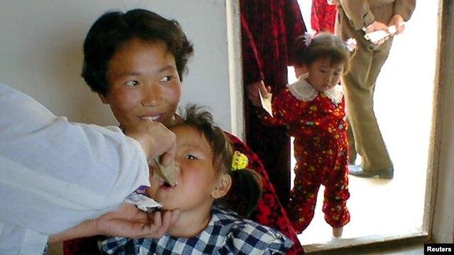 북한 황해북도의 한 병원에서 북한 어린이가 유엔아동기금, UNICEF가 제공한 약을 복용하고 있다. (자료사진)