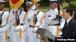 제2연평해전 13주년인 29일 경기도 평택 해군 제2함대 사령부에서 기념식이 열려 한민구 한국 국방장관이 추모사를 하고 있다.