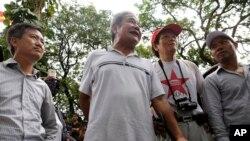Một nhóm nhỏ những người biểu tình chống Trung Quốc gần Đại sứ quán Trung Quốc tại Hà Nội, ngày 18/5/2014.