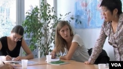 中文教师陈美芬(译音)和她的法国学生