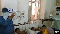 Para korban kebocoran gas dari pabrik LG Polymers dirawat di Rumah Sakit King George di Visakhapatnam, 7 Mei 2020.