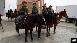 Agentes de la patrulla fronteriza en la frontera con México, en San Diego, California.