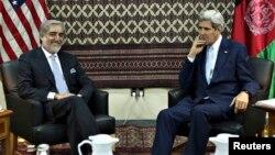 ລັດຖະມົນຕີຕ່າງປະເທດສະຫະລັດ ທ່ານ John Kerry ພົບປະ ກັບ ຜູ້ສະມັກເລືຶອກຕັ້ງເປັນ ປະທານາທິບໍດີ ອັຟການິສຖານ ທ່ານ Adullah Abdullah.
