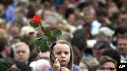 테러 희생자들을 위한 '장미 행진'에 참여한 시민들