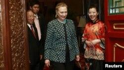 La secretaria de Estado, Hillary Clinton asiste a una cena con el Consejero de Estado Dai Bingguo (izquierda) en el templo Wanshou, en Beijing, este 2 de mayo de 2012.