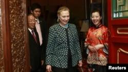 La jefa de la diplomacia estadounidense se encuentra de visita en China, donde sostiene un diálogo estratégico y económico.