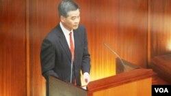 新任香港特首梁振英首次出席立法會答問大會,誠信問題受多位泛民主派議員質疑(美國之音湯惠芸)