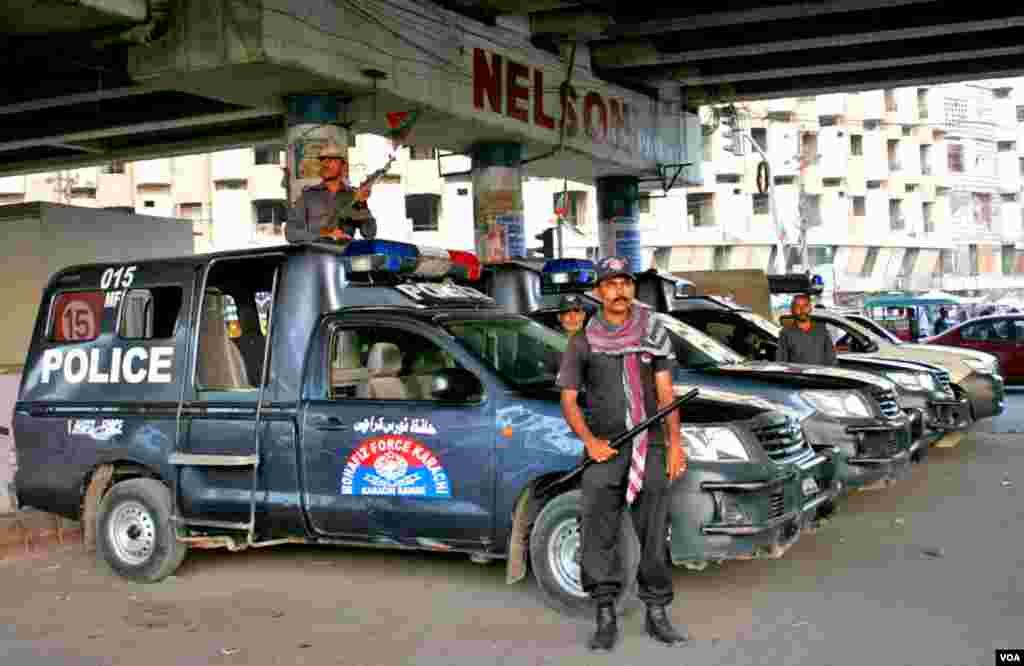سیاسی جماعتوں کے درمیان کشیدہ صورتحال سے نمٹنے کے لئے تیار پولیس اہلکار کریم آباد پر موجود