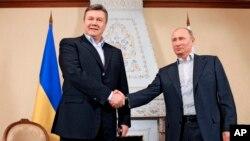 俄羅斯總統普京(右)3月4日與烏克蘭總統亞努科維奇在莫斯科以北會晤。