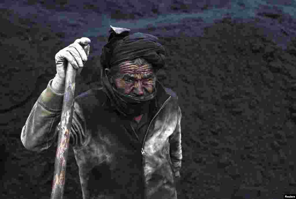 Seorang pekerja tambang batubara beristirahat diMazar-i-Sharif, Afghanistan.