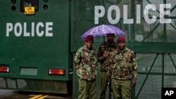 Policiers devant la Cour suprême de Nairobi, 14 novembre 2017.