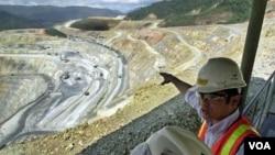Seorang ilmuwan meneliti kawasan pertambangan Batu Hijau di Pulau Sumbawa, Indonesia (foto: dok.)