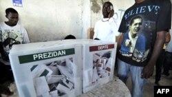 Cử tri Haiti mặc áo in hình Tổng thống Hoa Kỳ Barack Obama tại một địa điểm bỏ phiếu ở Port-au-Prince, ngày 20/3/2011