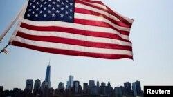 Un drapeau devant le paysage de Manhattan à New York, le 11 juillet 2014.