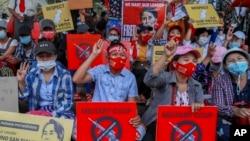 缅甸示威者聚集在仰光街头继续抗议军事政变。(2021年2月18日)