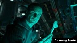 """Aktor Michael Fassbender dalam salah satu adegan film """"Alien: Covenant."""" (foto: ilustrasi)."""