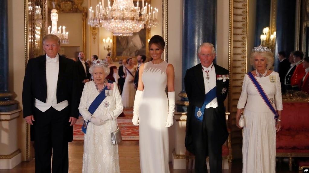 Từ trái, TT Mỹ Donald Trump, Nữ Hoàng Elizabeth II, ĐNPN Melania Trump, Hoàng tử Charles và Camilla, trước ống kính truyền thông ngay trước buổi đại yến ở điện Buckingham, London, ngày 3/6/2019. (AP Photo/Alastair Grant, Pool)