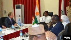 Le président nigérien Mahamadou Issoufou, en boubou blanc, lors d'une réunion sur la lutte contre le groupe Boko Haram, à Niamey, 7 mars 2917.