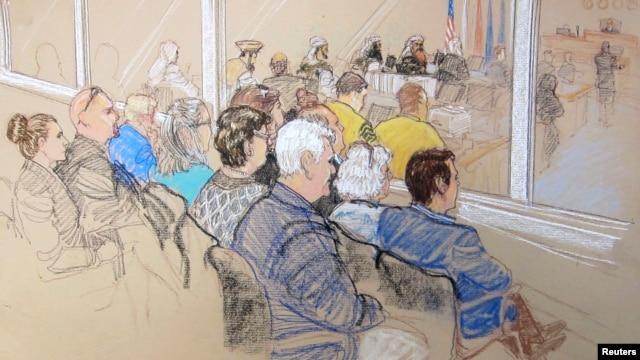 Thân nhân của các nạn nhân và nhân viên của Văn phòng Ủy ban Quân sự  dự phiên tranh luận trước khi xử  các nghi can âm mưu trong các vụ tấn công 9/11/2001 tại Vịnh Guantanamo, Cuba, 28/1/13