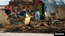Sebuah keluarga di Khartoum, Sudan ini tinggal di sisa-sisa bangunan rumah mereka yang hancur terlanda banjir akibat hujan lebat yang melanda wilayah tersebut selama berhari-hari (6/8).
