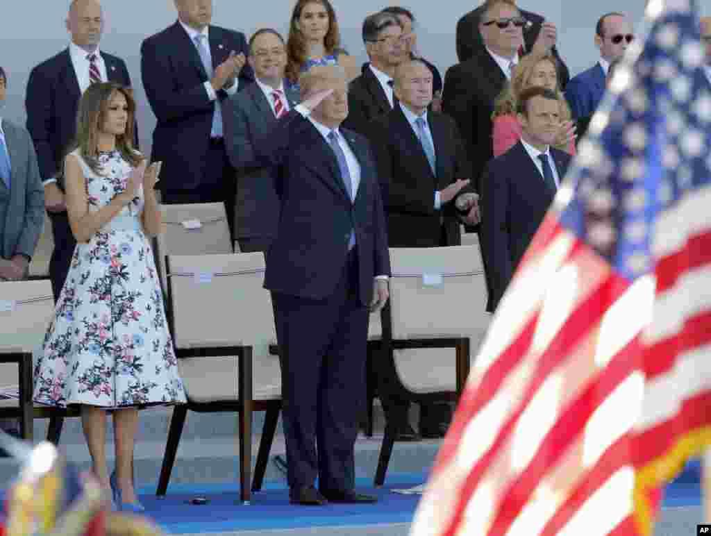 ادای احترام دونالد ترامپ رئیس جمهوری آمریکا و بانوی اول به نظامیان در رژه روز ملی فرانسه