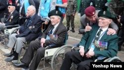 23일 한국 경기도 파주시 적성면 설마리 영국군 전적비에서 열린 임진강 전투 62주년 기념 행사에 참석한 한국전쟁 참전용사들이 휠체어에 앉아 있다.