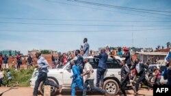 Bobi Wine (katika gari ) akiwasalimia wafuasi wake wakati akielekea kuteuliwa rasmi kuwa mgombea urais Kampala, Uganda, Nov. 03, 2020.