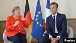 Kanselir Jerman Angela Merkel (kiri) bertemu Presiden Perancis Emmanuel Macron di Istana Marseilles, Perancis (foto: dok). Perancis dan Jerman mengurungkan penerapan luas pajak digital di Eropa.