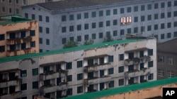 북한 평양에서 지난 18일 촬영한 사진. 건물 외곽에 김일성 전 주석과 김정일 전 국방위원장의 사진이 걸려있다.