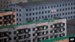 북한 평양에서 지난달 촬영한 사진. 건물 외곽에 김일성 주석과 김정일 국방위원장의 초상화가 걸려있다. (자료사진)