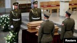 Литовский и польский почетный караул у останков лидеров восстания