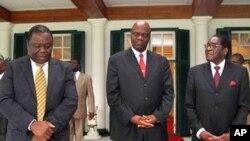 UMnu. Morgan Tsvangirai, engxele, umsekeli wakhe, uMnu. Arthur Mutambara loMongameli Robert Mugabe.