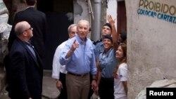El vicepresidente Joe Biden se reunió con la mayor Priscilla Azevedo, que dirige el programa de pacificación comunal.