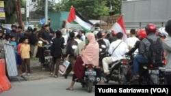 Bendera merah putih di antara aksi massa di SOlo, 4 November 2016 (Foto: VOA/Yudha)