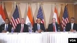 Presiden Barack Obama dengan para tokoh bisnis AS dan India dalam diskusi bisnis di Mumbai, India Sabtu 6 November 2010.