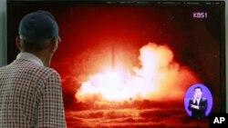 一位男子在南韓首都首爾火車站觀看北韓發射導彈的報道。(資料照)