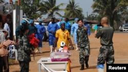 Bệnh nhân Ebola cuối cùng ở Libeira Beatrice Yardolo (áo vàng) đến dự buổi lễ tại đơn vị điều trị Ebola Trung Quốc ở Monrovia, Liberia, nơi bà được điều trị 5/3/15. Giới chức ở Liberia nói rằng trường hợp nhiễm Ebola mới đầu tiên ở nước này sau nhiều tuần, làm tan biến hy vọng Liberia đã đánh bại được virus chết người này