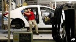Teknisi Toyota bekerja di perakitan Toyota Corolla di kota Blue Springs, Mississippi, AS (foto: dok).