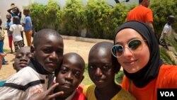 زبیده فلاح می گوید شرکت اش با غریبان کمک می کند