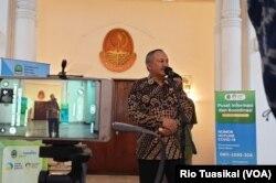 Sekretaris Daerah Provinsi Jabar, Setiawan Wangsaatmaja, mengatakan sholat Jumat tetap dapat dilaksanakan, asalkan mengikuti protokol COVID-19. (VOA/Rio Tuasikal)