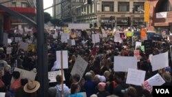 Manifestantes en EE.UU. y todo el mundo protestan este sábado contra la violencia con armas de fuego en la Marcha por Nuestras Vidas. En la foto, asistentes a la protesta en Washington D.C. Foto: VOA Spanish.