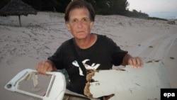 Foto yang dirilis tanggal 10 Juni 2016 ini menunjukkan Blaine Gibson tengah memegang kepingan pesawat MH370 yang ditemukan di Madagaskar