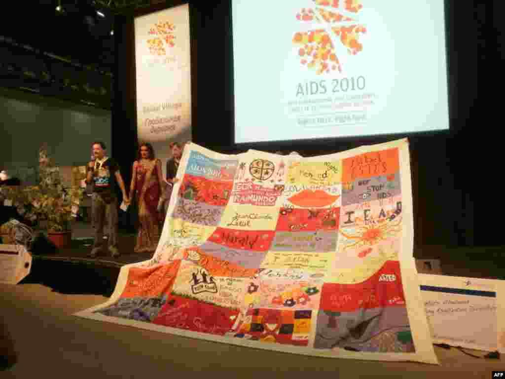 Гости Глобальной деревни сшили лоскутное одеяло – в память о тех, кто умер от СПИДа
