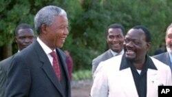 Savimbi com Nelson Mandela e Abel Chivukuvuku ao fundo (foto de arquivo)