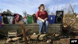 Cô Paige Sisemore, 18 tuổi, ngồi bên cạnh đống đổ nát và những gì còn sót lại của căn nhà bị tàn phá sau trận bão lốc ở bang Arkansas