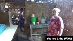 Kondisi rumah Bapak Lukas sebelumnya dengan kondisi lantai tanah, dinding dari anyaman bambu dan atap rumbia, di desa Toini Kecamatan Poso Pesisir, Kabupaten Poso (foto: VOA/Yoanes Litha).