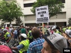 Manifestantes antifascistas en Washington, protestan contra una marcha de ultraderechistas el domingo 12 de agosto de 2018. Foto Alejandra Arredondo, VOA.