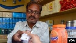 Para penjual rokok dan petani tembakau India yang juga memprotes peraturan pencantuman peringatan kesehatan pada bungkus rokok, mengkhawatirkan dampak gambar menyeramkan tersebut pada penjualan rokok (Foto: VOA/A. Pasricha)
