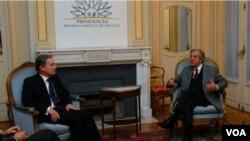 El presidente uruguayo, Tabaré Vázquez, dijo que no va a intervenir en asuntos internos de Colombia pero no está de acuerdo con la presencia militar estadounidense.